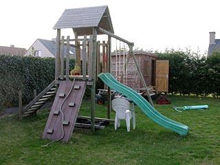Speelhuisje met glijbaan en schommel